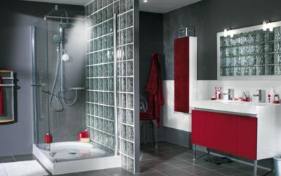 Salle de bain douche à l'italienne en carreau de verre