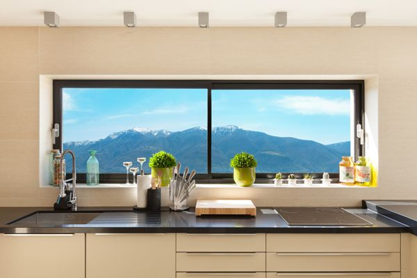 Fenêtre panoramique coulissante: une solution tendance etlumineuse