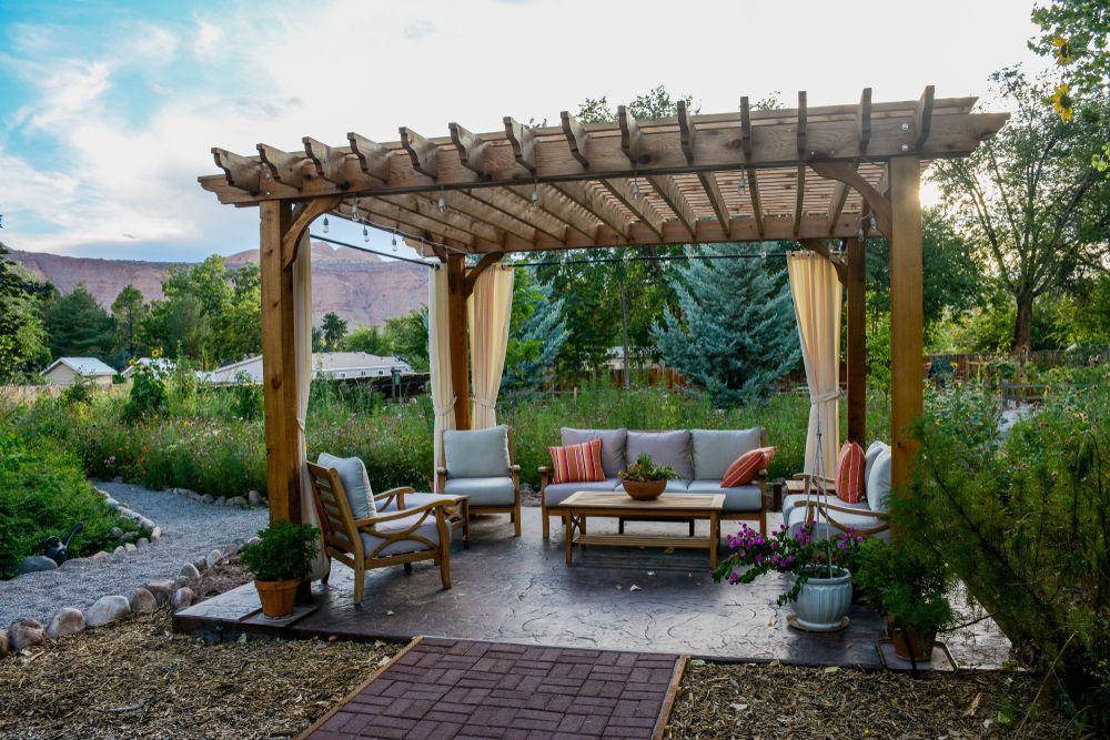 Pergola bioclimatique autoportée : un espace de confort indépendant