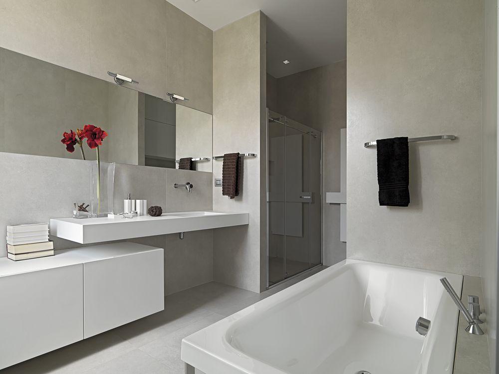 salle-de-bain-en-longueur-claire