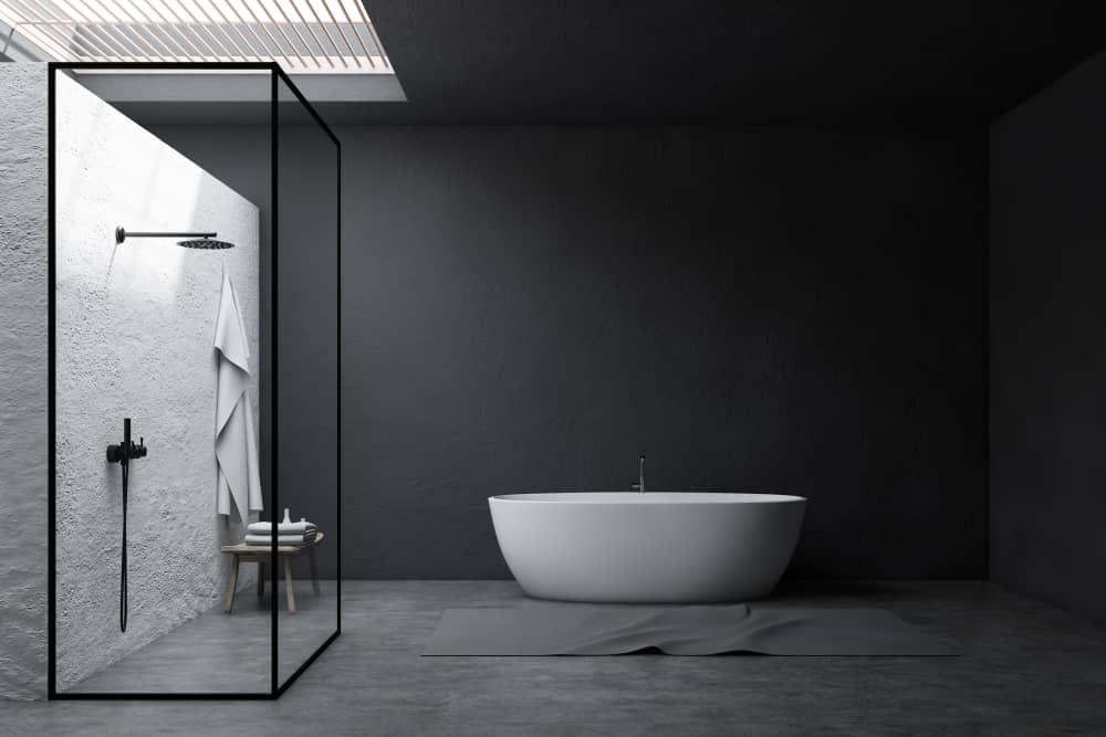 La paroi de douche verrière, star de la salle de bains industrielle