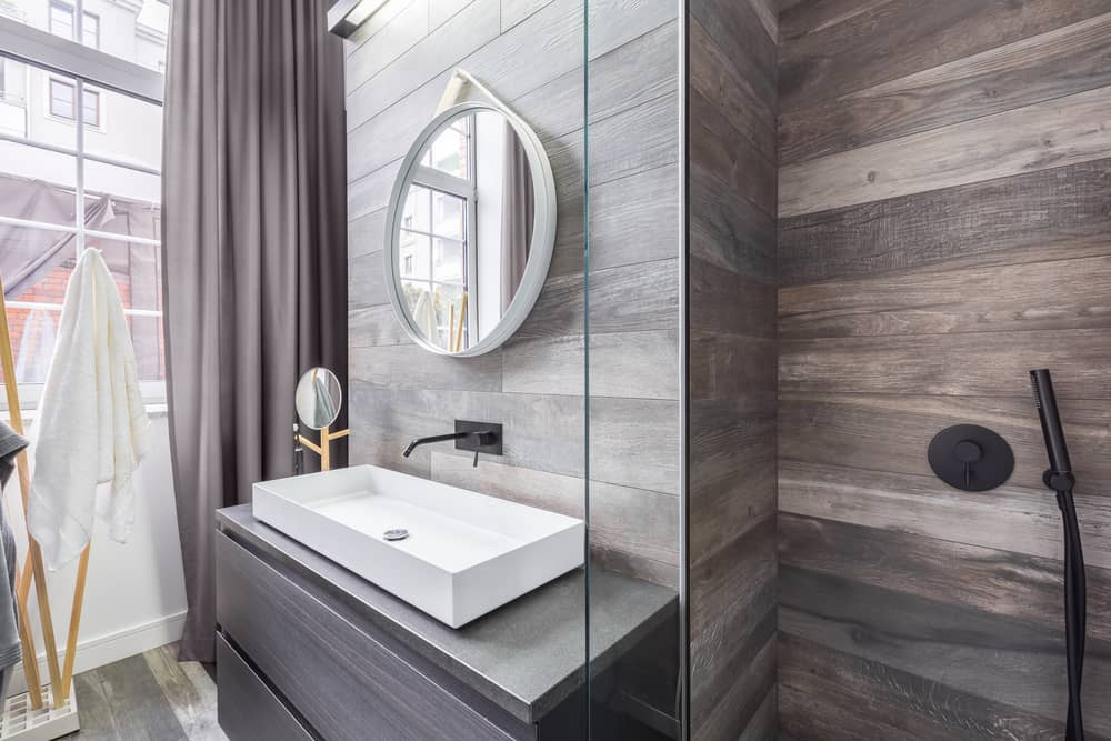 Le carrelage imitation parquet s'invite dans la salle de bains