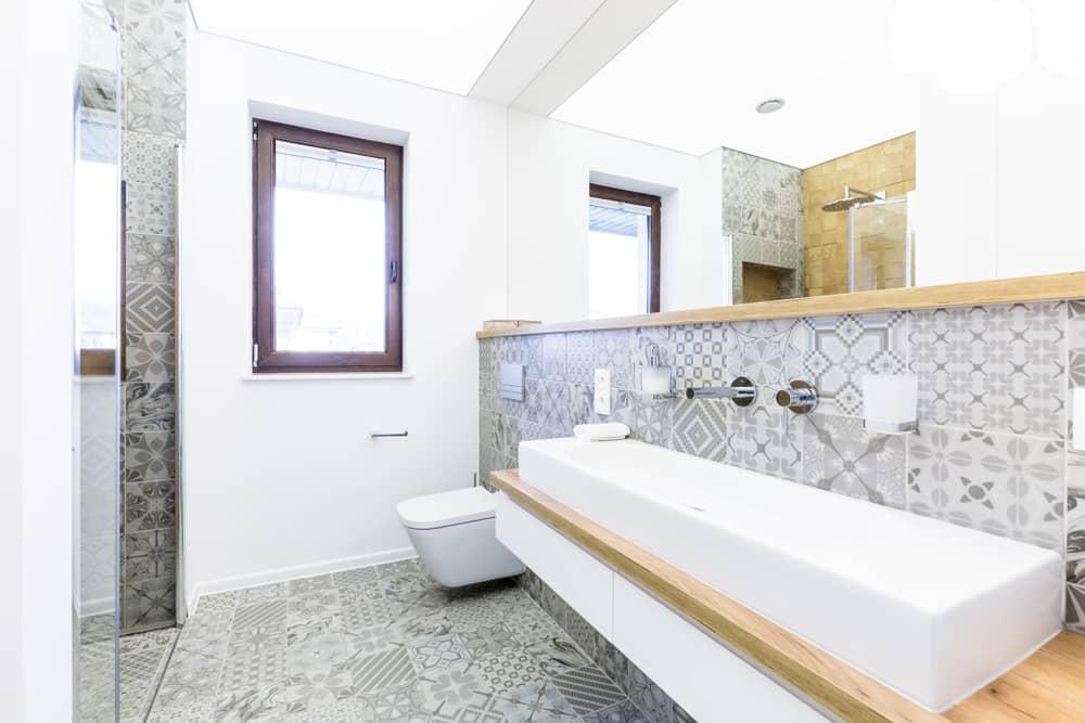 revetement-mural-salle-de-bain-carrelage