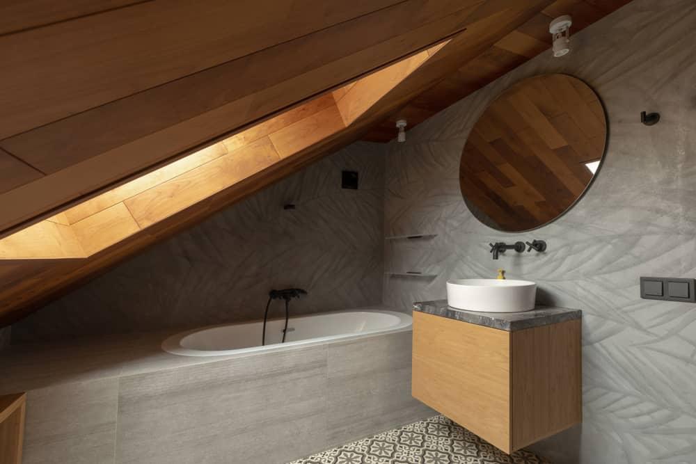 salle-de-bain-sous-pente-baignoire