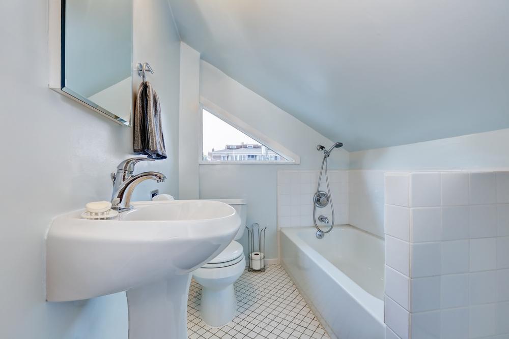 salle-de-bain-mansardee-lumineuse